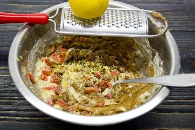 Добавляем в тесто цукаты, изюм, корицу и натёртый лимон