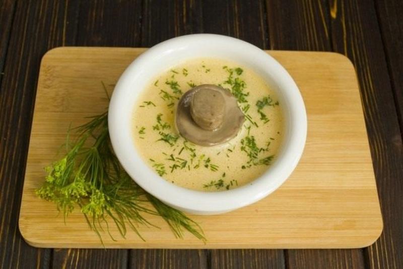 Наливаем крем-суп в тарелку, добавляем рубленную зелень и отваренные грибы
