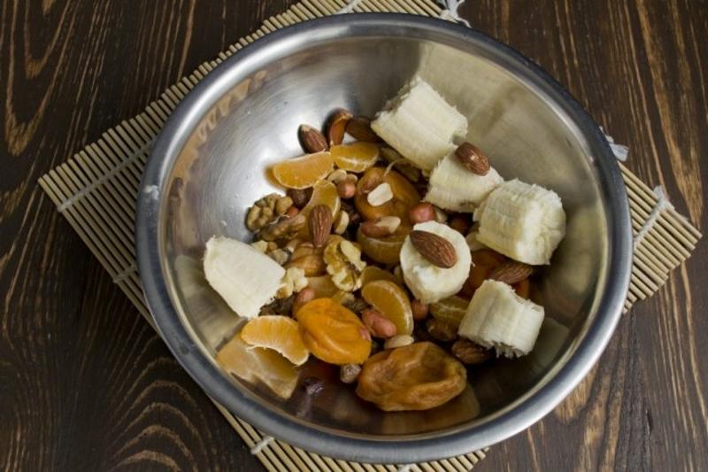 Нарезаем ингредиенты для фруктово-ореховой прослойки