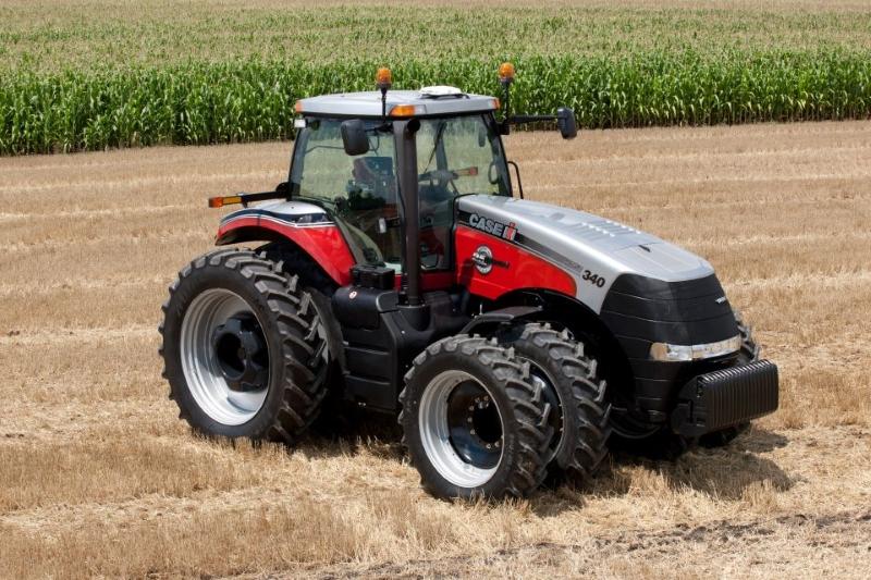 Трактор CASE IH Magnum 340 – это надежная и универсальная сельскохозяйственная машина, которая предназначена для работы с широкозахватными агрегатами по классической, минимальной и нулевой технологиям. Модель Магнум-340 спроектирована с целью удовлетворения потребностей самых взыскательных пользователей работающих в полях. Большинство экспертов, фермеров и сельхозпроизводителей называют трактора серии Magnum, торговой компании Case IH, лучшими в своём классе. Серия Magnum представлена тракторами от 225 до 335 л.с. Обзор трактора CASE IH Magnum 340 Новый, ещё более мощный двигатель трактора Кейс 340 в сочетании с надёжной трансмиссией Full PowerShift TM позволяют этому монстру с лёгкостью справляться со всевозможными полевыми и транспортными работами. Просторная и комфортная кабина трактора с отличным круговым обзором и эргономичным исполнением органов контроля и управления предлагает оператору наивысший уровень удобства и безопасности. Трактор Magnum-340 может комплектоваться системой управления, контроля и учёта с установкой цветного сенсорного дисплея AFS Pro 700, которая переводит работу с трактором на качественно новый уровень. Дистанционная гидравлическая система данной модели трактора Кейс в сочетании с навесным устройством и двухскоростным валом отбора мощности на 540 и 1000 об/мин гарантирует возможность агрегатирования трактора с широким спектром сельскохозяйственных орудий. Существующая возможность установки спаренных колёс, балластных грузов и изменения ширины колеи обеспечивает выполнение работы с различным междурядьем, а также оптимально распределить нагрузку на передний и задний мост трактора. Доступ к точкам смазки и обслуживания Магнума 340 максимально упрощён, что позволяет снизить время на проведение сервисных операций до минимума. Технические характеристики CASE Magnum 340 selhoztehnik.com