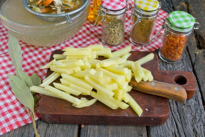 Картофель нарезаем брусочками
