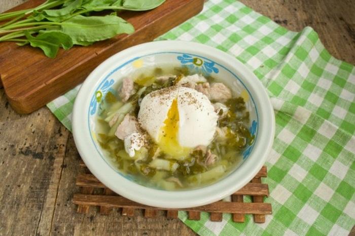 Щавелевый суп с мясом и яйцом готов!