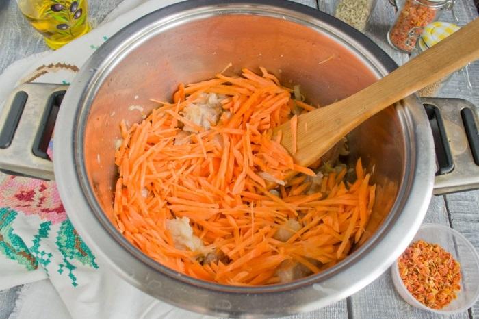 Добавляем нарезанную соломкой свежую морковь