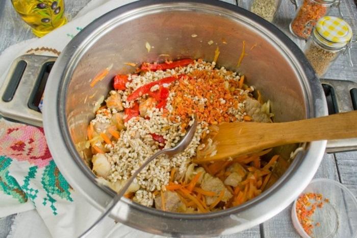 Добавляем промытую перловку и сушеную морковь