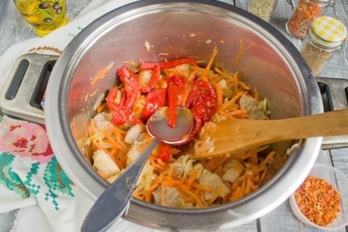 Добавляем свежий болгарский перец и томатное пюре