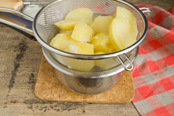 Готовый картофель откидываем на сито
