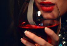 Федеральная служба по регулированию алкорынка считает, что цены на коньяк и вино нужно повышать
