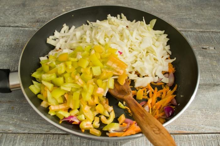 Бросаем перец с капустой в сковородку, готовим 10 минут