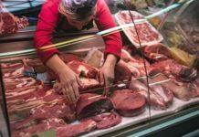 Цены на мясо в сентябре беспокоили россиян больше цен на бензин, заявил ЦБ