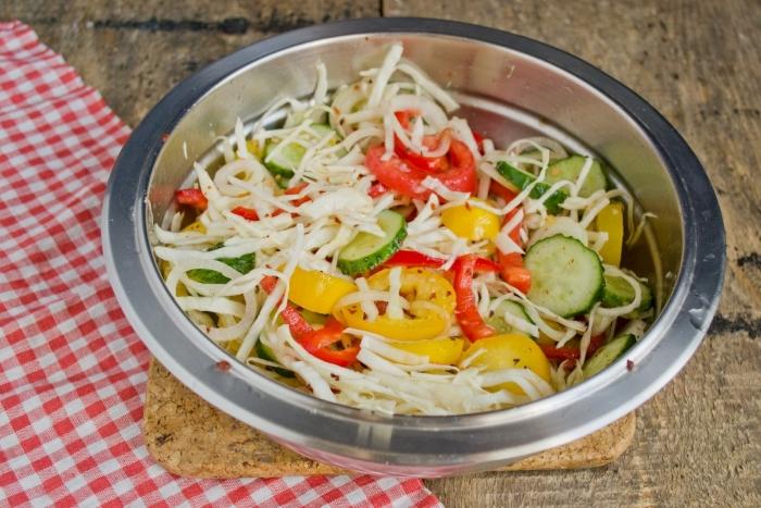 Тщательно перетираем овощи с приправами, перемешиваем, чтобы выделился сок