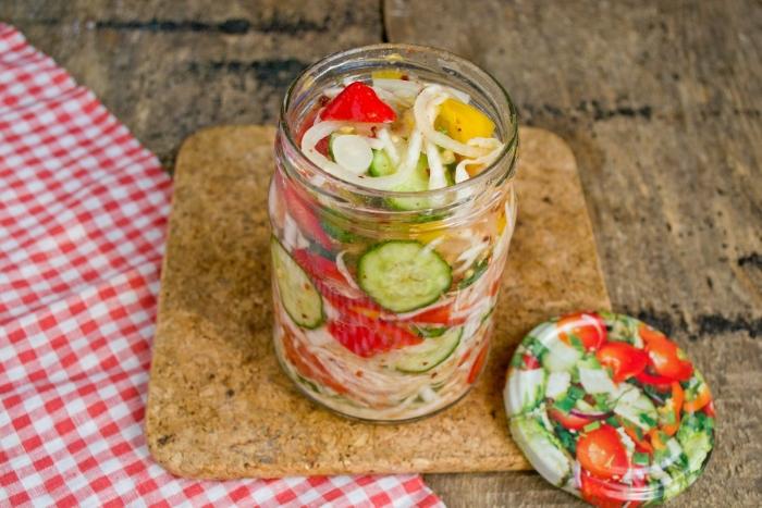Укладываем овощи в стерилизованные банки, заливаем выделившимся соком