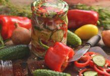 «Витаминный» салат на зиму с капустой, помидорами, перцем и огурцами