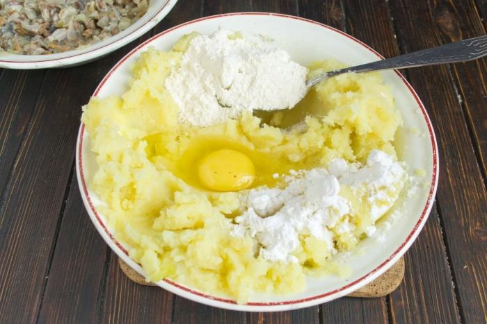 Замешиваем картофельное тесто