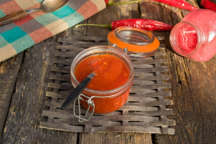Готовый томатный кетчуп фасуем в стерильные банки