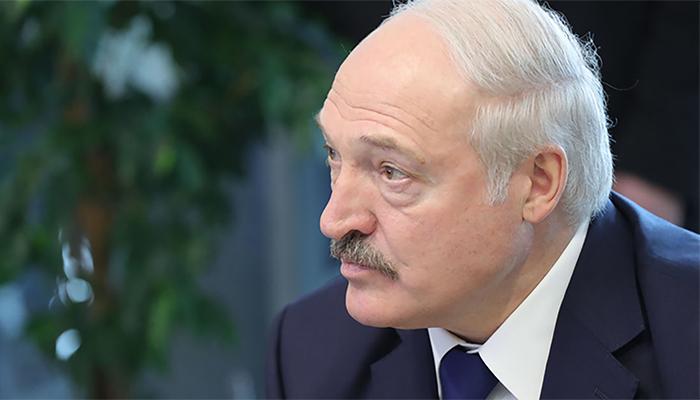 Лукашенко уволил министра сельского хозяйства из-за грязного коровника