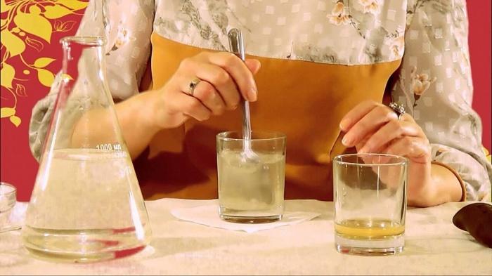 Смешиваем воду и уксус