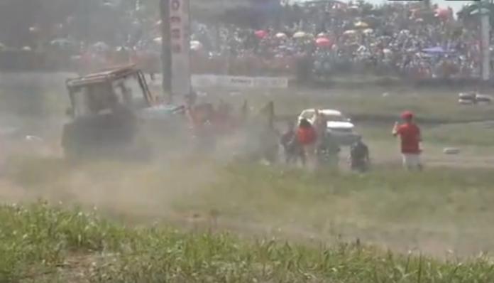 Трактор въехал в толпу журналистов во время гонок в Ростовской области