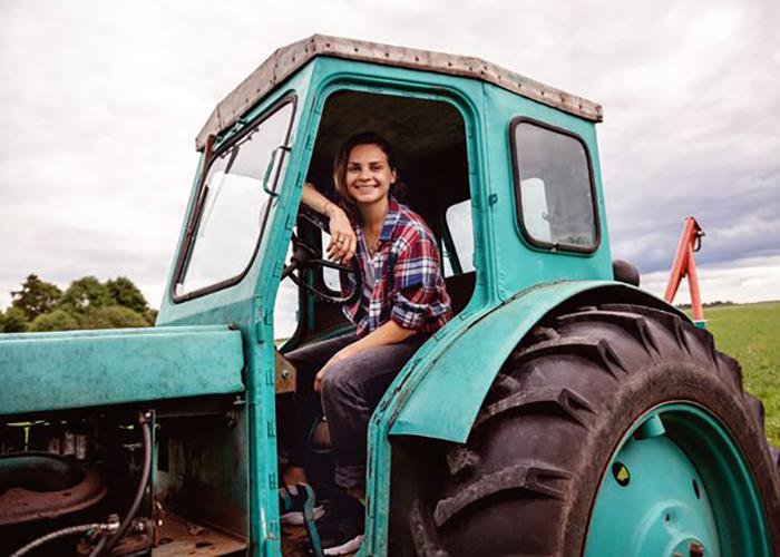 Почему женщинам разрешили работать на тракторе?