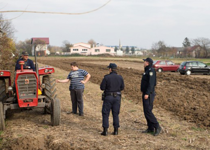 Фермер несколько раз просил оставить его в покое. Никто не обратил внимания, и тогда он пошел на крайние меры.