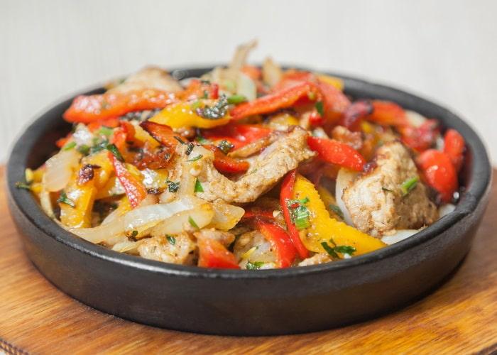 Курица с баклажанами и перцем на сковороде