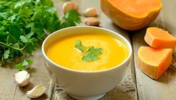 Суп-пюре из тыквы и картофеля с хрустящими сухариками и сливками