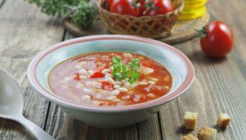 Томатный суп с курицей и стручковой фасолью.