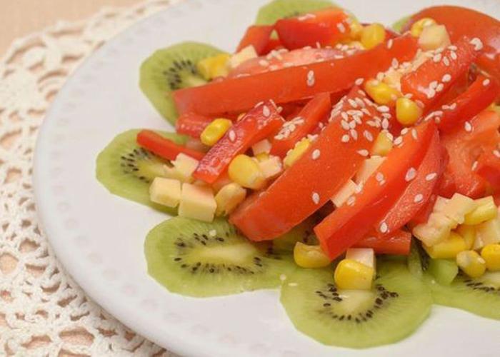 Салат с помидорами и киви