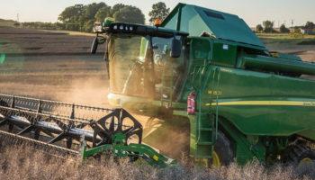 John Deere и ООО «АСТ» передали современный комбайн W540 Кубанскому аграрному университету