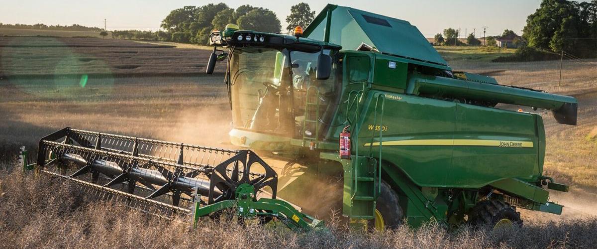 John Deere и ООО АСТ передали современный комбайн W540 Кубанскому аграрному университету