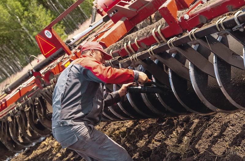Для крепления сельскохозяйственных орудий в базовую комплектацию трактора входит усиленный тяговый брус 4-го класса и двухдюймовый палец (51 мм) сцепного устройства. Палец в отверстии удерживается предохранительным шплинтом.