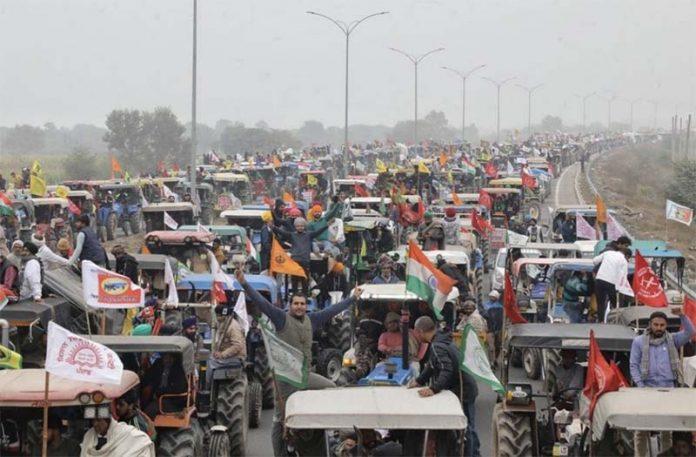 Индийские фермеры устроили тракторный марш