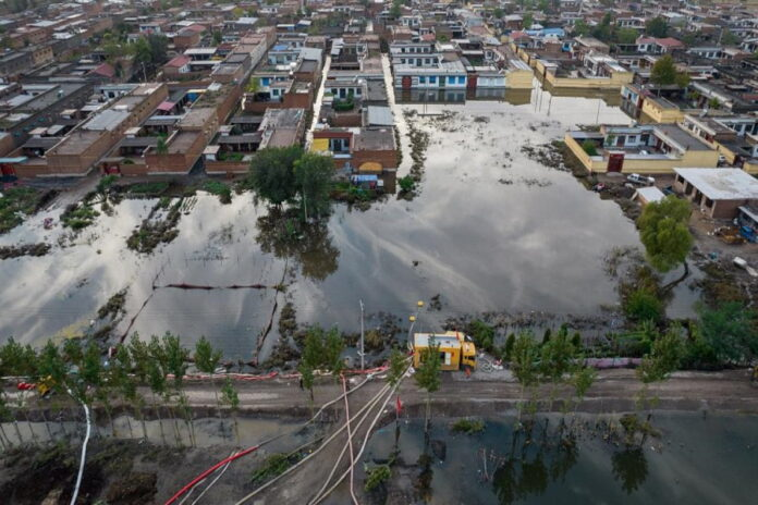 Крупные китайские компании оказали помощь пострадавшим от наводнения в размере $64 млн